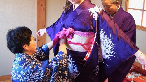 Enfiler un kimono dans le quartier des samouraïs à Izumi, Kagoshima, Kyushu, Japon