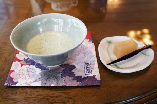 Thé matcha au Jardin japonais Yuushien, non loin du Musée d'art Adachi, Yasugi, préfecture de Shimane, région de San'in, Japon