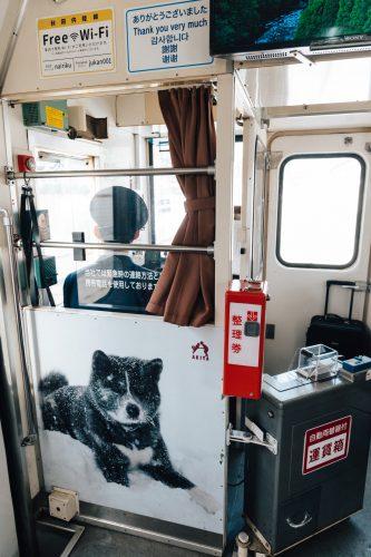 Décoration sur le thème des chiens Akita sur la ligne de train locale Akita Nairiku, préfecture d'Akita, Japon