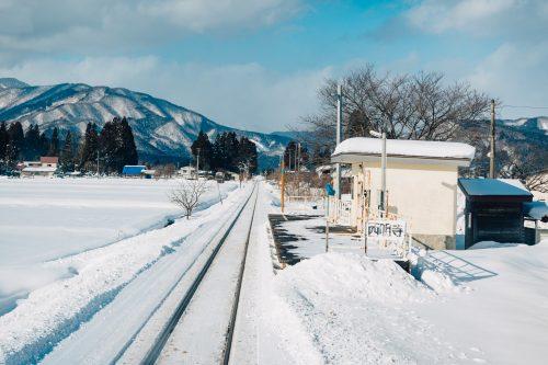 Panorama enneigé depuis la ligne de train locale Akita Nairiku, préfecture d'Akita, Japon