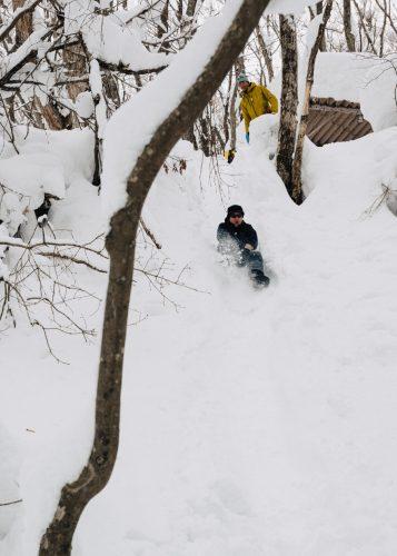 Descente en luge improvisée lors d'une randonnée dans la neige à Tazawako, Akita, Japon