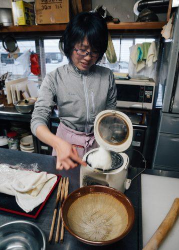 Sayaka, votre hôte, en pleine préparation de kiritanpo à l'auberge Yodel, Semboku, Akita, Japon