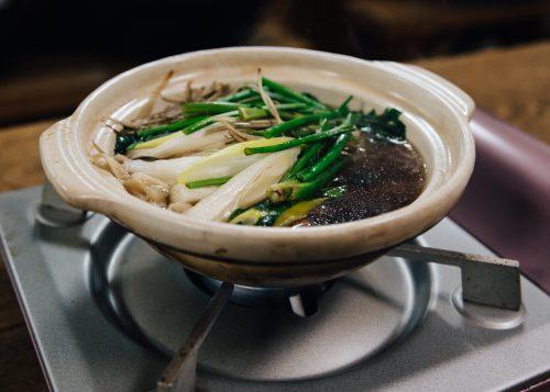 Le plat de kiritanpo nabe, petit pot-au-feu individuel, servi à l'auberge Yodel, Semboku, Akita, Japon