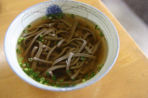 Bol de nouilles soba servi à Agri Restaurant Isoma, restaurant et boutique de produits locaux à Minamisatsuma, préfecture de Kagoshima, Japon