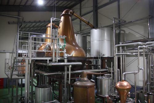 Les alambics servant à distiller le whisky de la maison Mars Tsunuki à Minamisatsuma, Kagoshima, Japon