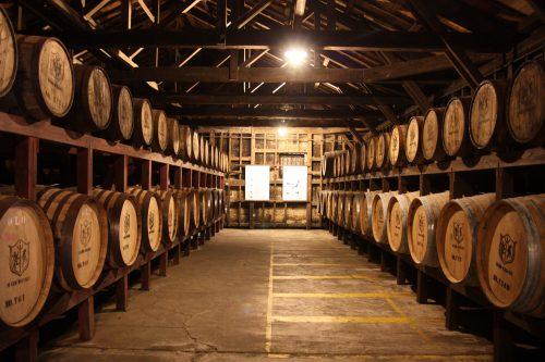 Salle de maturation du whisky de la distillerie Mars Tsunuki à Minamisatsuma, Kagoshima, Japon