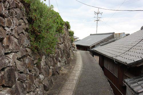 Les murs en pierres recouverts par la végétation à Ootou, Minamisatsuma, Kagoshima, Japon