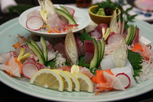 Plat de sashimi servi au complexe hôtelier Kasasa Ebisu à Minamisatsuma, préfecture de Kagoshima, Japon