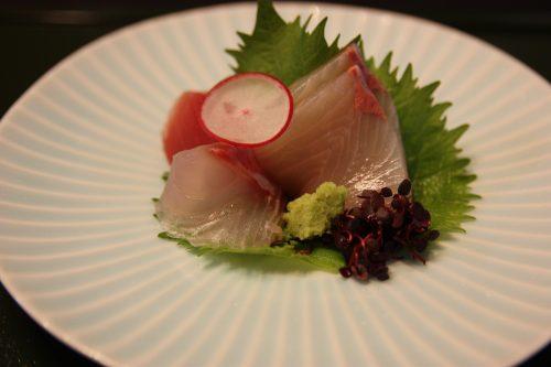 Sashimi de poisson servi au ryokan Matsuya à Minamisatsuma, préfecture de Kagoshima, Japon