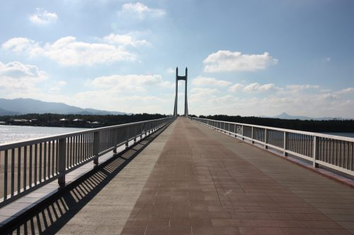 Le Sunset Bridge traversant le Fukiagehama Seaside Park à Minamisatsuma, Kagoshima, Kyushu, Japon