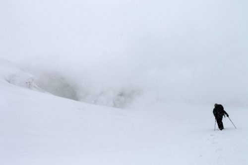 Personne se promenant en raquettes sur les pentes enneigées du mont Daisetsuzan à Asahikawa, Hokkaido, Japon