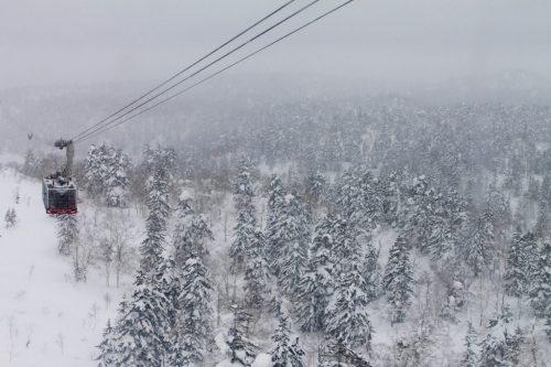 Téléphérique sur les pentes enneigées du mont Daisetsuzan à Asahikawa, Hokkaido
