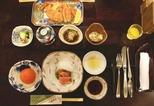 Cuisine kaiseki au restaurant du ryokan Yukomansou à Asahidake Onsen, Hokkaido, Japon