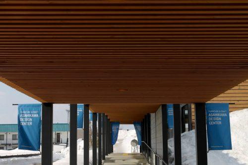 Allée couverte menant à l'entrée de l' Asahikawa Design Center, Hokkaido