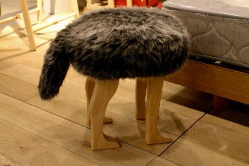 Tabouret en bois, design ressemblant à un animal avec une queue et quatre pattes, à l' Asahikawa Design Center, Hokkaido