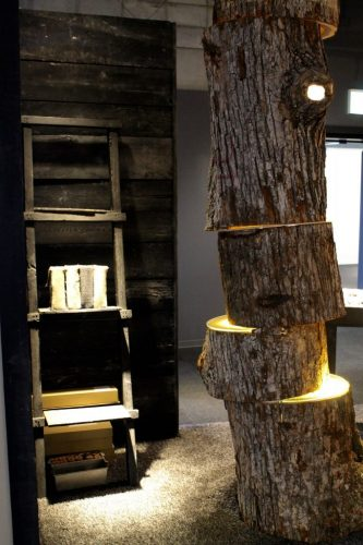 Mobilier design contemporain : lampe réalisée dans un tronc de chêne exposée à l' Asahikawa Design Center, Hokkaido