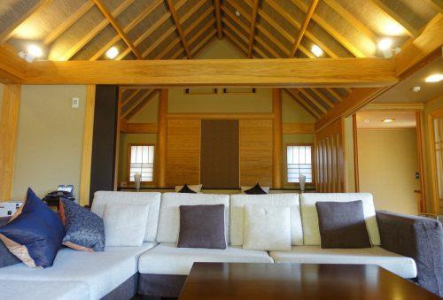 Salon avec un grand canapé, dans la chambre au ryokan Shinsen de Takachiho (Miyazaki, Kyushu)