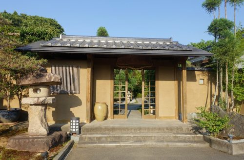 The traditional entrance of the Shinsen ryokan