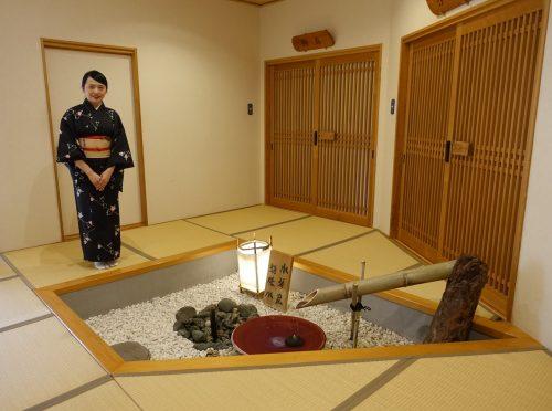 L'employée vêtue d'un kimono présente l'intérieur du ryokan Shinsen de Takachiho (Miyazaki, Kyushu)