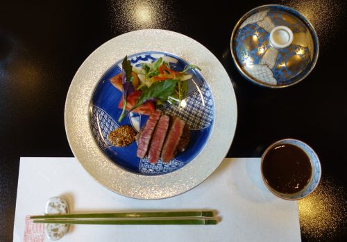 Dîner de cuisine kaiseki (bœuf wagyu) au ryokan Shinsen de Takachiho (Miyazaki, Kyushu)
