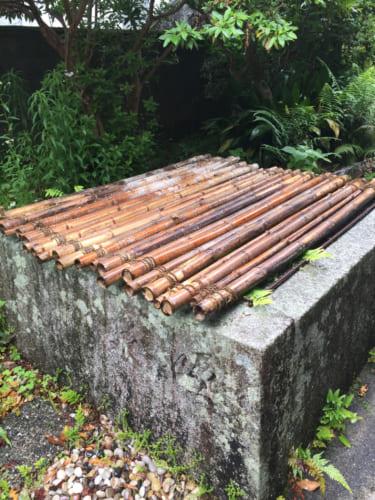 L'un des 3 premiers puits de Saiki, recouvert d'un couvercle de bambous