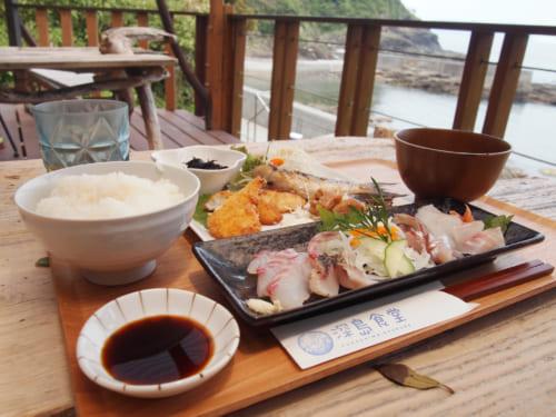 Menu du déjeuner au Fukashima Shokudô : sashimi, poissin frit, riz, soupe miso
