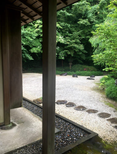 Vue sur jardin zen de la maison de thé Kyushintei à Saiki, Oita, Kyushu