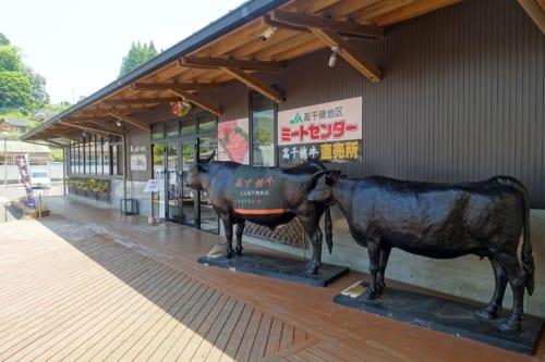 Devant le restaurant Nogami, reconnaissable aux statues de bœufs de Takachiho