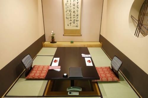 Salle traditionnelle du restaurant du ryokan Shinsen, où l'on déguste le bœuf de Takachiho version cuisine kaiseki
