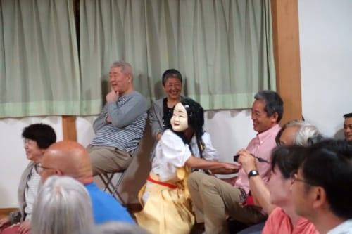 Quatrième acte du kagura de Takachiho : la danse de Goshintai, un danseur interagit avec les spectateurs