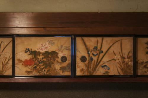 Détail de portes de placard peintes de motifs floraux à Tomaryanse