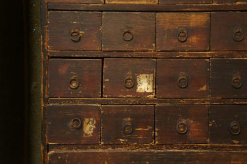 Détail d'un petit meuble antique à tiroirs dans la chambre à Tomayranse