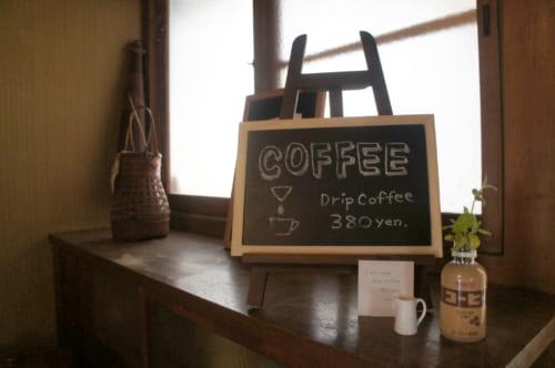Ardoise signalant qu'il est possible de commander un Drip Coffee