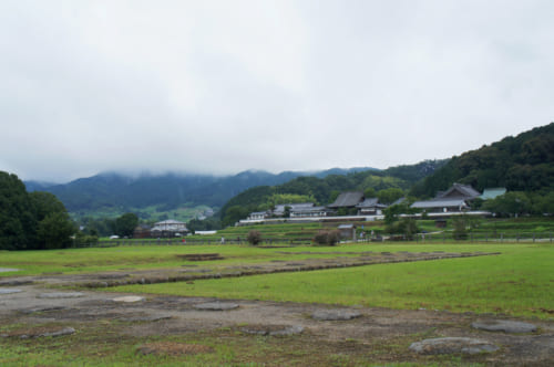 Le temple Tachibana-dera vu depuis le site archéologique de l'ancien temple Kawahara-dera à Asuka