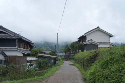 Une petite route bordée par des maisons traditionnelles à Asuka