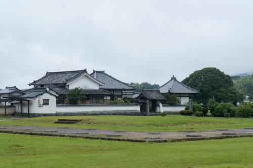 Le temple Kawahara-dera et le site archéologique des bâtiments de la période d'Asuka