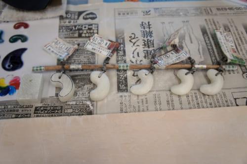 Les étapes de fabrication d'un magatama, pour guider les participants de l'atelier