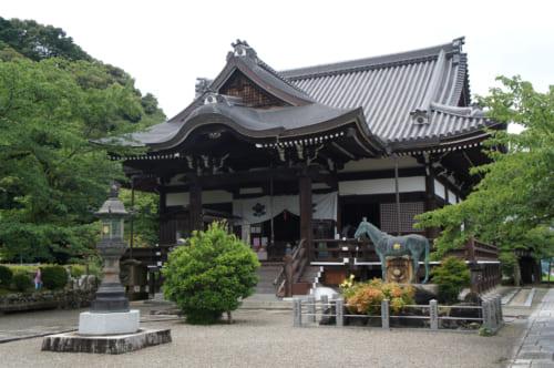Bâtiment principal du temple Tachibana-dera, devant lequel on voit la statue du cheval du prince Shotoku