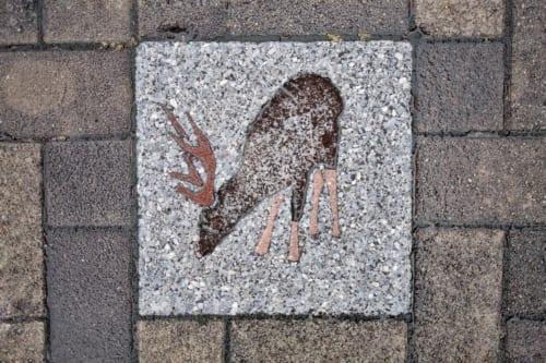 Détail d'un pavé dans les ruelles de l'île d'Ojika : image de cerf shika