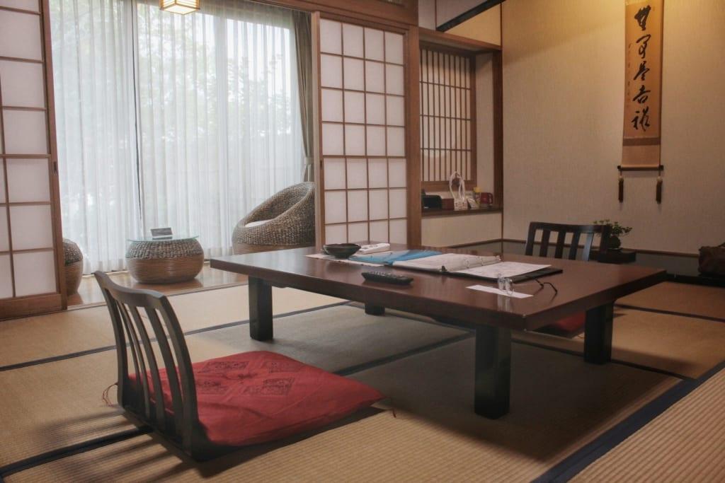 Chambre dans le ryokan Satsuki Bessou, à Kumamoto : espaces salon et repas
