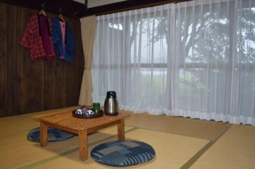 Chambre traditionnelle japonaise au sol en tatami au Minshuku Yamanosato
