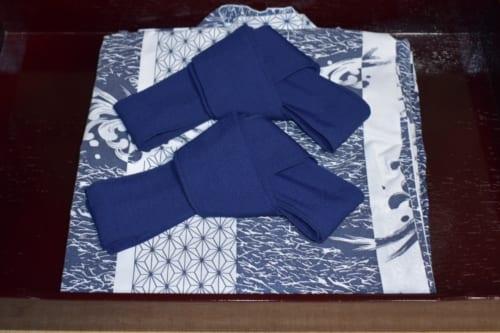Yukata bleus et blancs disposés pour les hôtes, avec leurs ceintures soigneusement pliées