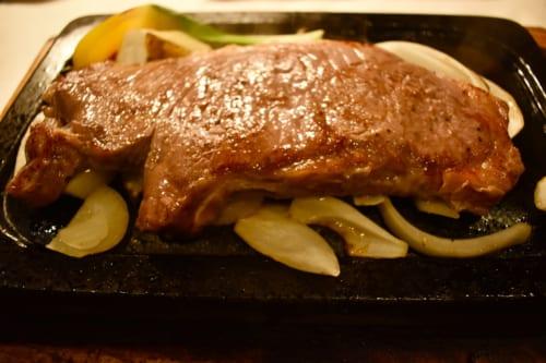 Pièce de bœuf wagyu Akaushi de Kumamoto servi sur une plaque chauffante