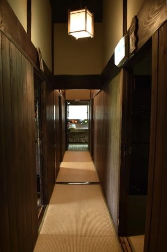 Le couloir menant au bain commun, recouvert de tatamis