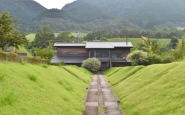 Le Ryokan Konomama, vu depuis le belvédère, niché au cœur de la nature