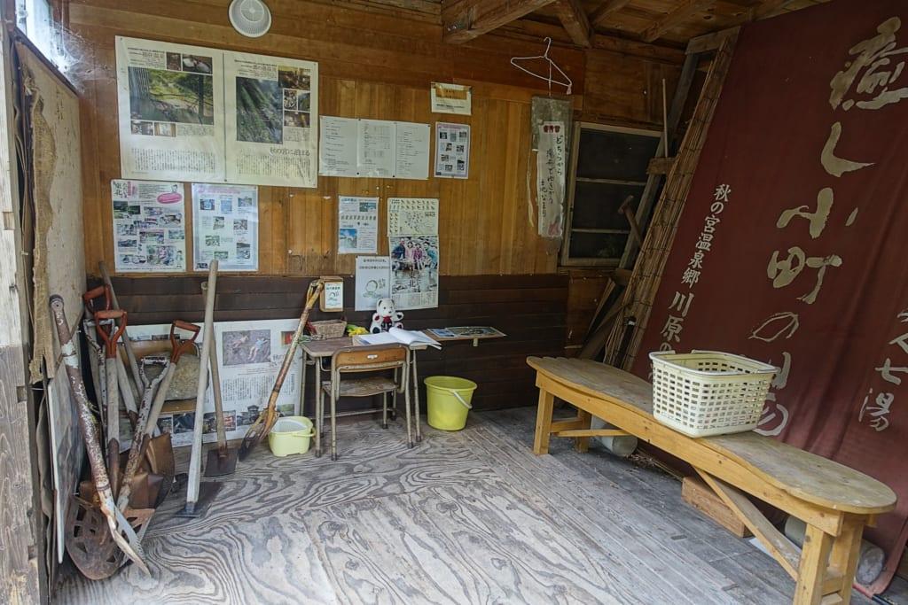 Cabane mise à disposition des visiteurs où l'on peut prendre une pelle