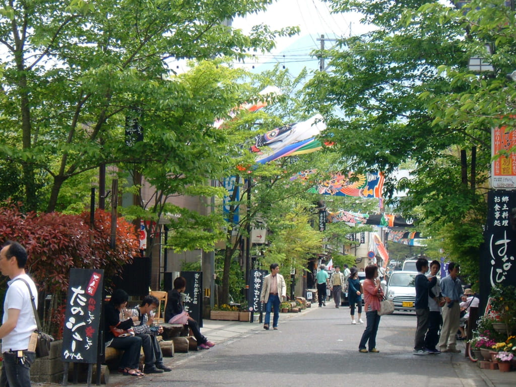 Les ruelles de Monzen-machi, arborées et bordées de boutiques