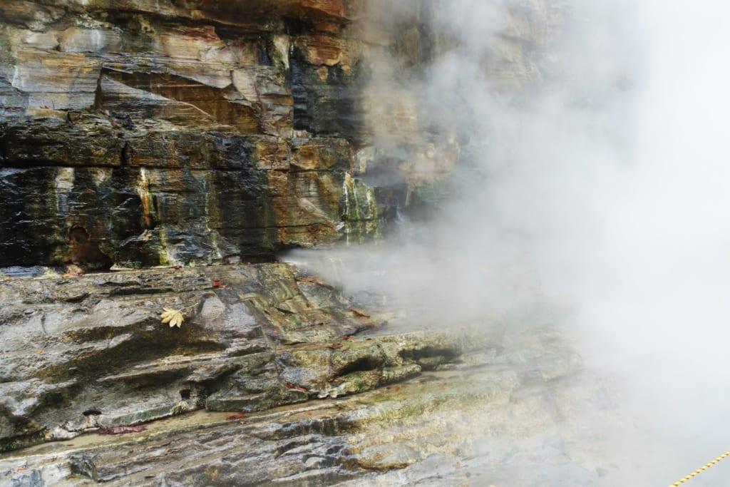 La vapeur qui s'échappe directement de la roche dans les gorges d' Oyasukyo