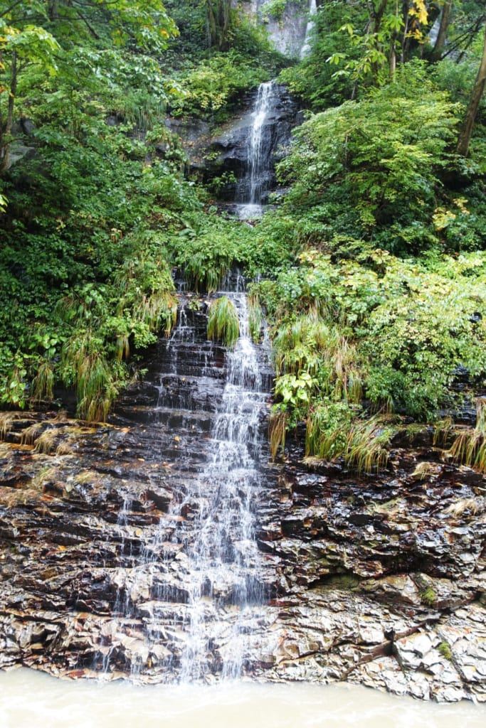 Une petite cascade sui ruisselle sur les falaises des gorges d' Oyasukyo