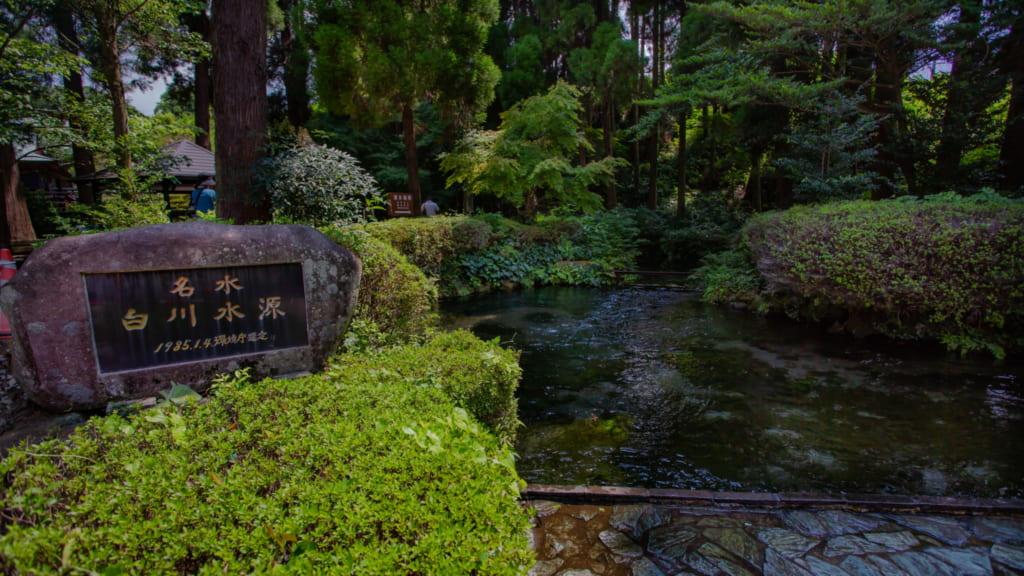 La rivière Shirakawa, entourée de verdure